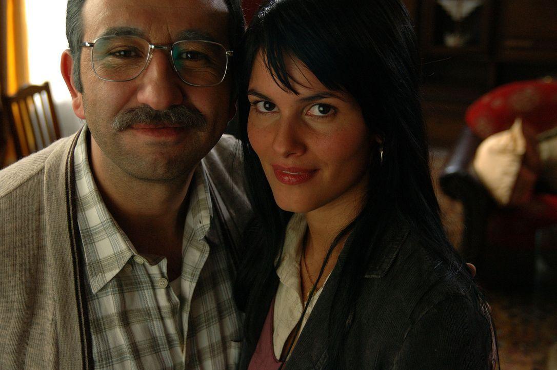 Seit einigen Jahren bemüht sich Süleyman (Hilmi Sözer, l.) um einen türkischen Ehemann für seine geliebte Tochter Aylin (Mandala Tayde, r.). Bis jet... - Bildquelle: Dirk Plamböck ProSieben