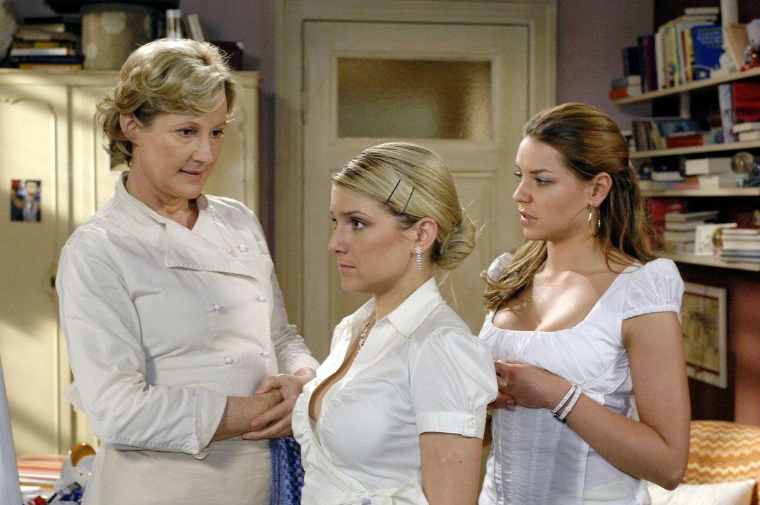 Susanne (Heike Jonca, l.) ist verwundert zu sehen, wie Katja (Karolina Lodyga, r.) Anna (Jeanette Biedermann, M.) hilft, sich aufzustylen. - Bildquelle: Oliver Ziebe Sat.1