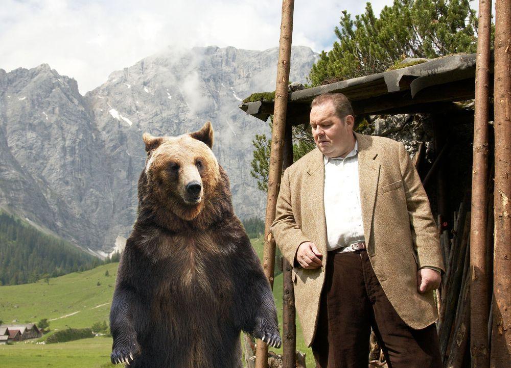 Der passionierte Jäger Franz Kufner wird tot im Nachbarrevier aufgefunden. Die Obduktion ergibt: Die tödlichen Verwundungen stammen von einem Bären.... - Bildquelle: Walter Wehner Sat.1