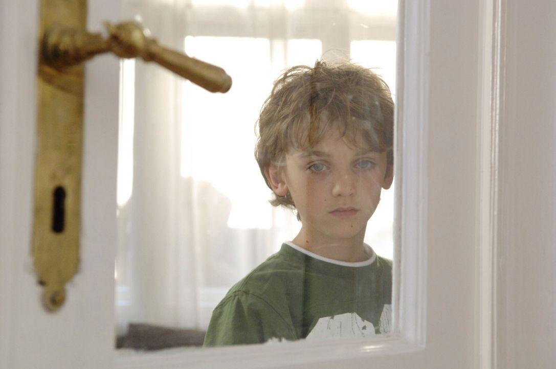 Oliver (Joel Eisenblätter) belauscht seine Mutter, als sie ihrer Freundin Barbara von ihren Ängsten und Sorgen erzählt ... - Bildquelle: Claudius Pflug Sat.1