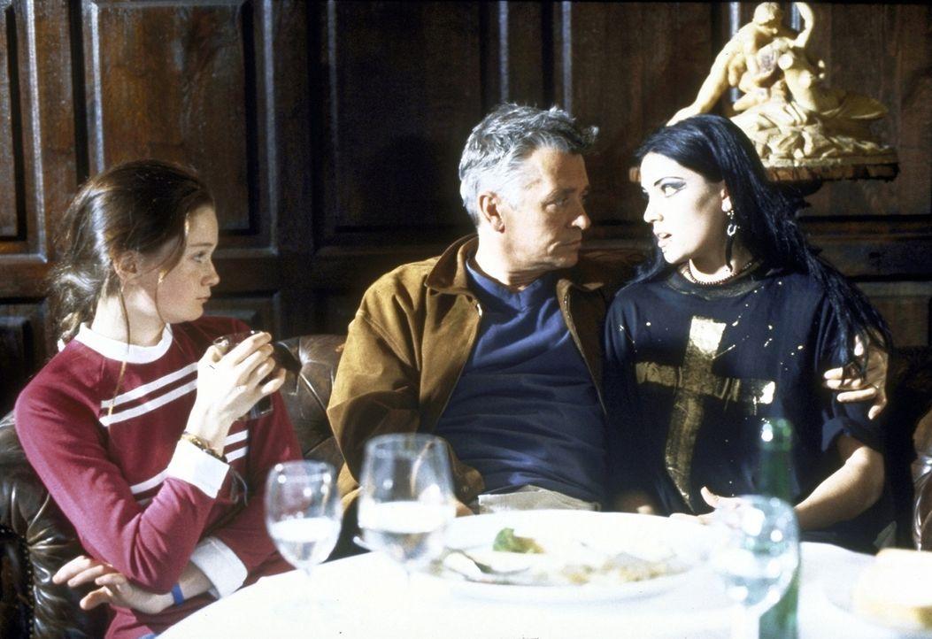 Jess (Natalie Spinell-Beck, l.) und Anna (Ricarda Bramley, r.) versuchen verzweifelt, ihren Vater Max (Henry Hübchen, M.) zu überreden, zurück nach... - Bildquelle: Andreas Kaysser ProSieben