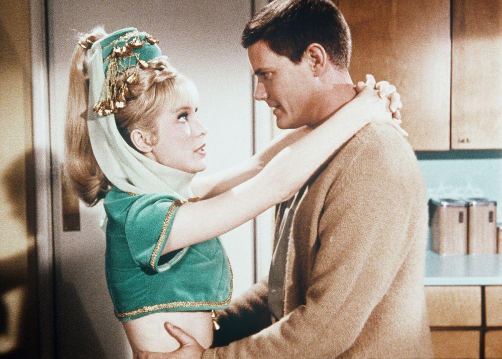 Jeannie (Barbara Eden, l.) verspricht, so lange Sonntag sein zu lassen, bis Tony (Larry Hagman, r.) wieder völlig erholt ist. - Bildquelle: Columbia Pictures