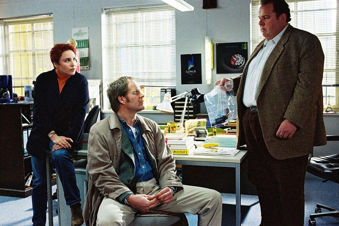 Sabrina (Katerina Jacob, l.) und Benno (Ottfried Fischer, r.) verhören den Lehrer Grill (Guntbert Warns, M.). - Bildquelle: Aki Pfeiffer Sat.1