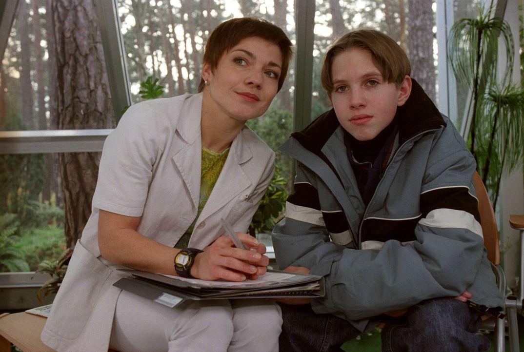 Nach Henrys Unfall erwarten Stephanie (Claudia Schmutzler, l.) und Thomas (Sven Koller, r.) gespannt das Untersuchungsergebnis ... - Bildquelle: Noreen Flynn Sat.1
