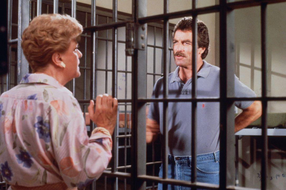 Magnum (Tom Selleck, r.) sitzt in Untersuchungshaft und soll mit Jessicas (Angela Lansbury, l.) Hilfe wieder frei kommen ... - Bildquelle: Universal Pictures