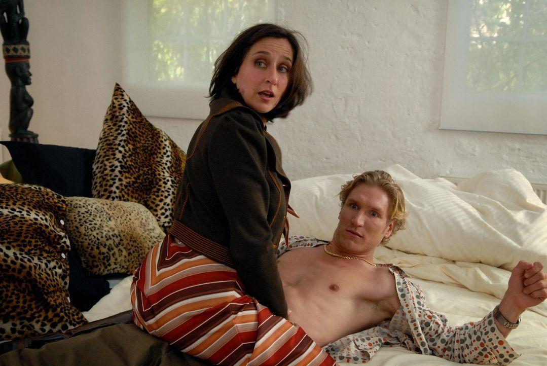 Claudia (Barbara Philipp, l.) hat ein Verhältnis mit Markus bestem Freund Holger (Matthias Gall, r.) ... - Bildquelle: Martin Kurtenbach Sat.1