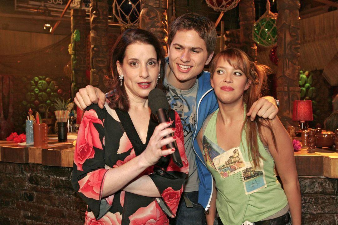 Karaoke-Fieber in der Tiki-Bar: Auch Inka (Stefanie Höner, l.) hat - unterstützt von Timo (Matthias Dietrich, M.) und Hannah (Laura Osswald, r.) - d... - Bildquelle: Noreen Flynn Sat.1