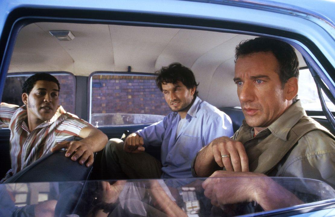 Harry (Heio von Stetten, r.) und Leo (Simon Verhoeven, M.) erleiden auf ihrem Abenteuer-Trip ein Missgeschick nach dem anderen. Harry stellt im Taxi... - Bildquelle: Christine Nachmann Sat.1