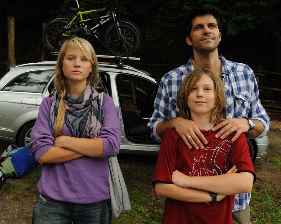 Nach dem Tode seiner Frau will Ralf Dienert (Pasquale Aleardi, r.) und seinen beiden Kindern Miriam (Sonja Gerhardt, l.) und Niko (Tobias Kulzer, M.... - Bildquelle: Hardy Spitz SAT.1