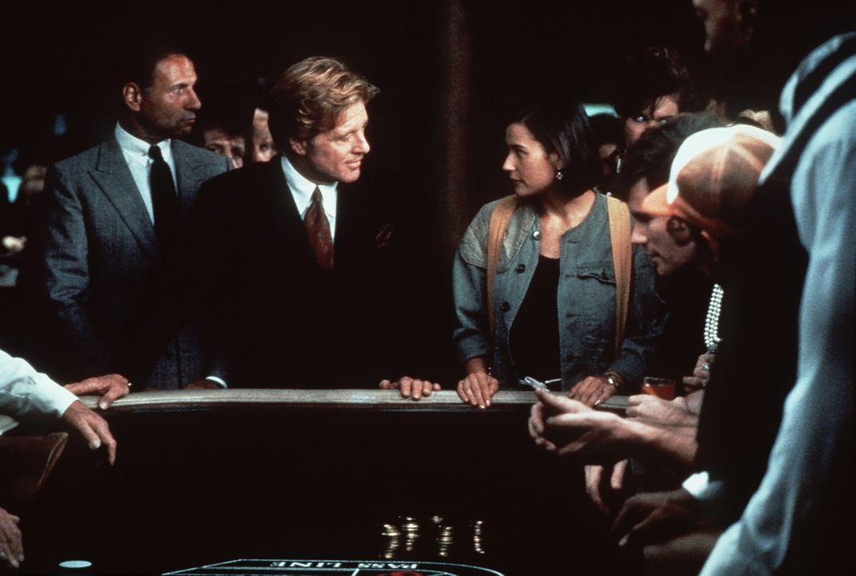 In Las Vegas erhält Diana (Demi Moore, 3.v.l.) ein unmoralisches Angebot des Milliardärs Gage (Robert Redford, 2.v.l.) - Er bietet ihr eine Million... - Bildquelle: Paramount Pictures