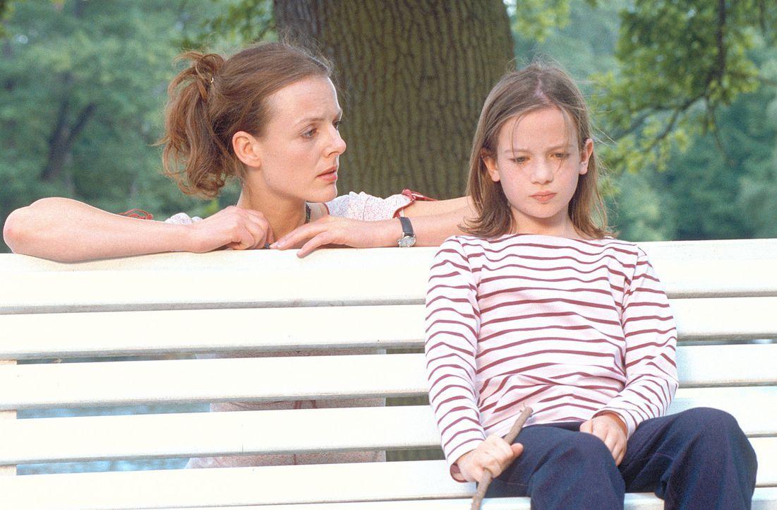"""Dem neuen """"Kindermädchen"""" Jenny (Annika Pages, l.) gelingt es, Lilly (Nina Gummich, r.) aus der Reserve zu locken. Doch nach wie vor stößt die Klein... - Bildquelle: Mühle ProSieben"""