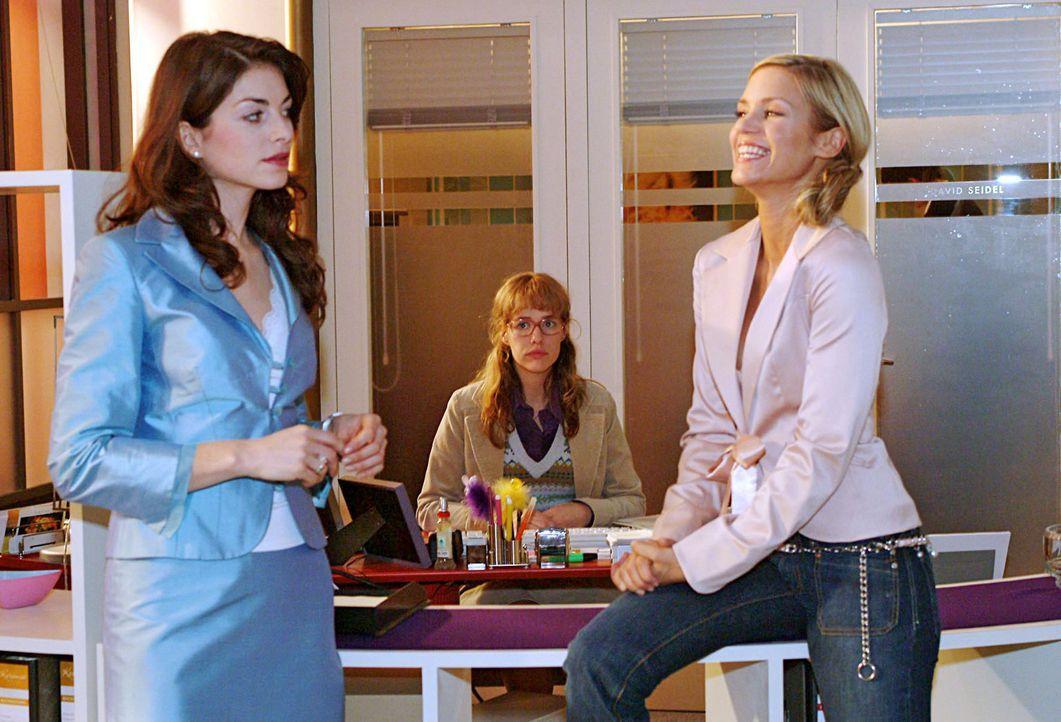 Lisa (Alexandra Neldel, M.) ist fassungslos, als sich Mariella (Bianca Hein, l.) und Sabrina (Nina-Friederike Gnädig, r.) in ihrem Beisein darüber l... - Bildquelle: Monika Schürle Sat.1