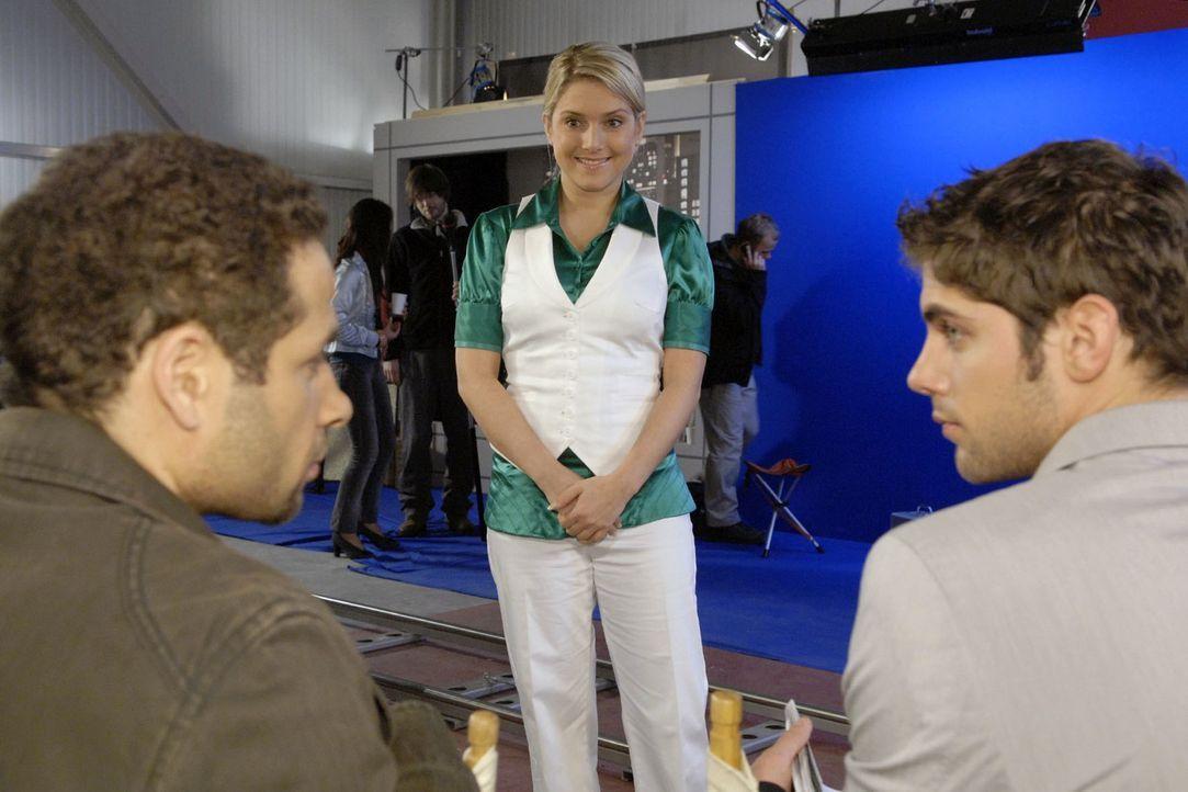 Anna (Jeanette Biedermann, M.) bietet sich gegenüber Jannick (Mike Adler, l.) und Jonas (Roy Peter Link, r.) als Supervisorin an. - Bildquelle: Claudius Pflug Sat.1