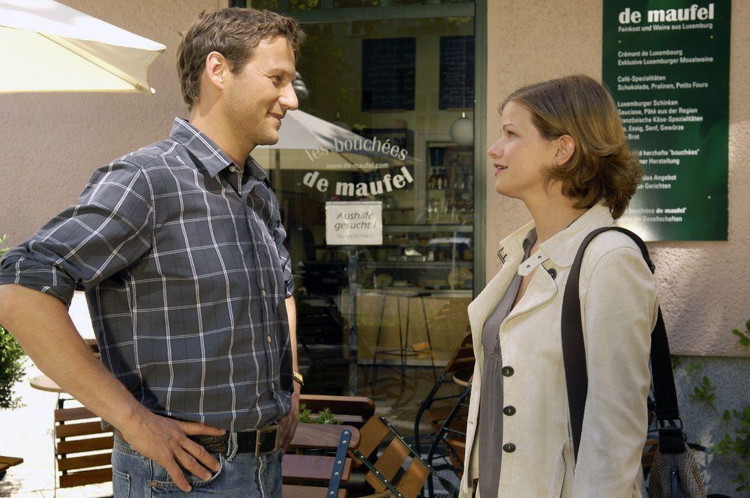 Als Lisa (Mira Bartuschek, r.) ihren Job verliert, bietet Stephan (Thomas Unger, l.) ihr an, bei ihm im Laden zu arbeiten. - Bildquelle: Britta Krehl Sat.1