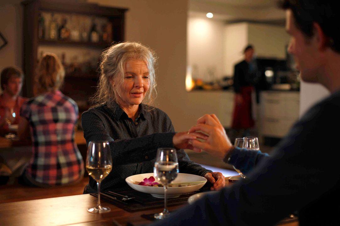 Mark (Steffen Groth, r.) ahnt nicht, dass die alte Dame in Wirklichkeit Melanie (Yvonne Catterfeld, l.) ist, und berichtet von seinen Heiratsgedanke... - Bildquelle: Dominik Hatt SAT.1