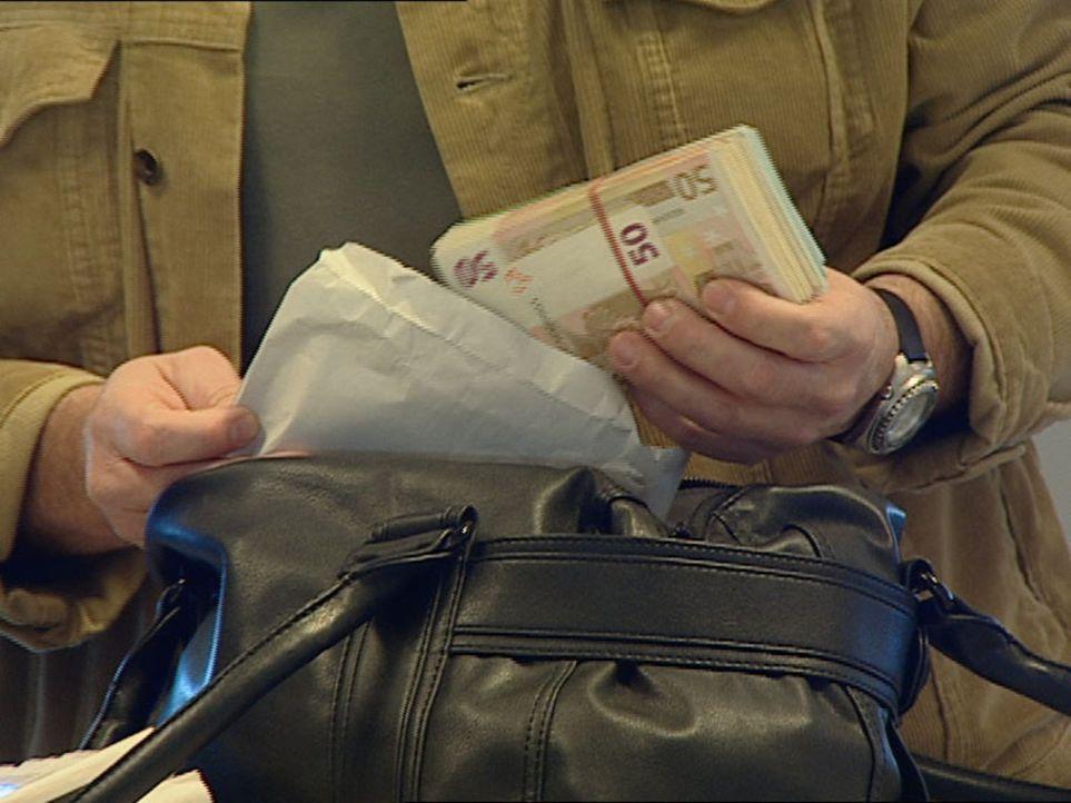 10.000 Euro dürfen Passagiere zollfrei nach Vietnam ausführen, doch der Zoll weiß aus Erfahrung, dass die meisten Reisenden weit mehr als die erlaub... - Bildquelle: Sat.1