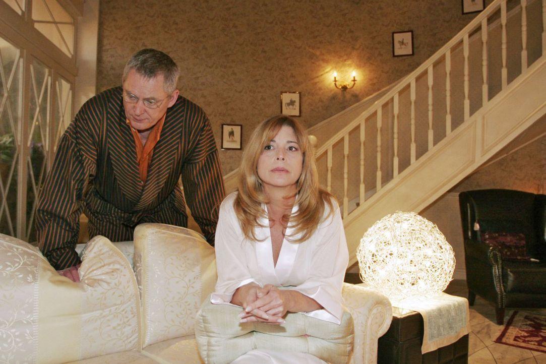Im Gegensatz zu Laura (Olivia Pascal, r.) glaubt Friedrich (Wilhelm Manske, l.) an einen harmlosen Grund für Davids Verschwinden. - Bildquelle: Noreen Flynn Sat.1