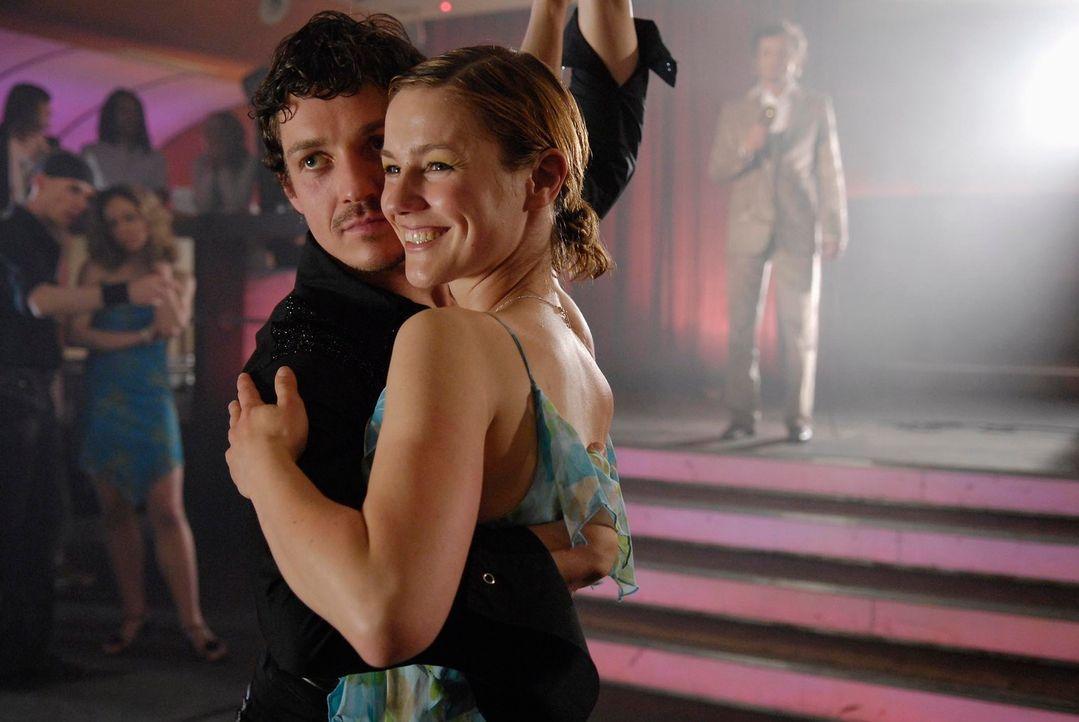 Valerie (Rhea Harder, r.) gewinnt den Tanzwettkampf gemeinsam mit ihrem Lehrer Fernandez (Markus Brandl, l.). Als Frieder die beiden beim Tanz sieht... - Bildquelle: Marco Nagel ProSieben