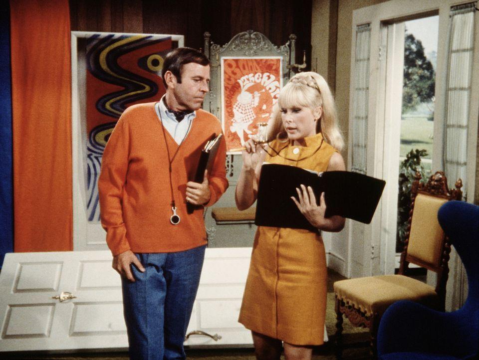 Jeannie (Barbara Eden, r.) arbeitet als Scriptgirl für den berühmten Hollywood-Regisseur Kerr (Paul Lynde, l.). - Bildquelle: Columbia Pictures