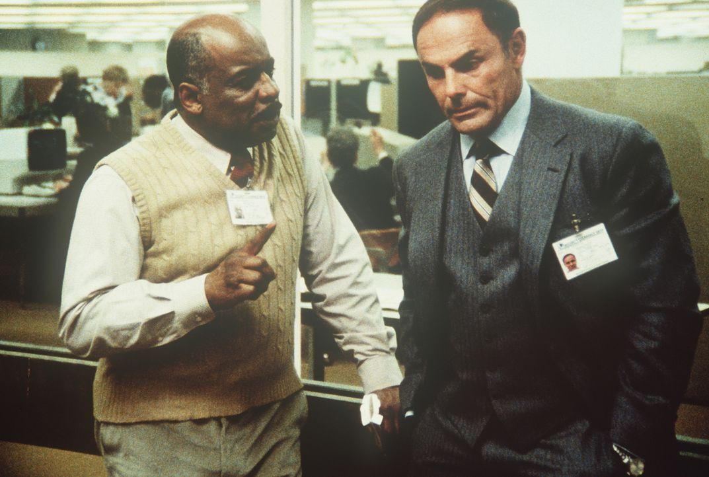 Billy (Mel Stewart, l.) und Dirk (John Saxon, r.) sind unsicher, wie es mit Lee weitergehen soll ... - Bildquelle: CBS Television