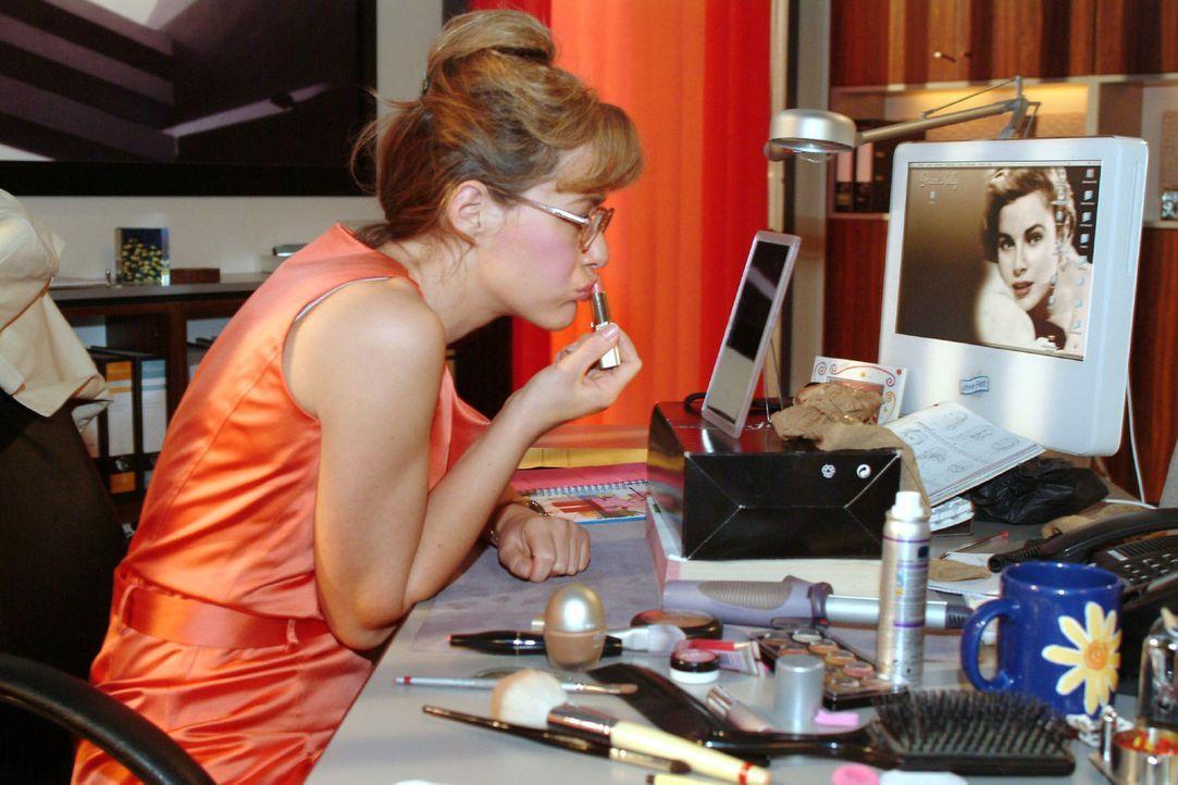 Nachdem sie bei den Kolleginnen Schönheitstipps eingeholt hat, gibt Lisa (Alexandra Neldel) sich redlich Mühe, sich optisch zu verändern ... (Dieses... - Bildquelle: Monika Schürle Sat.1