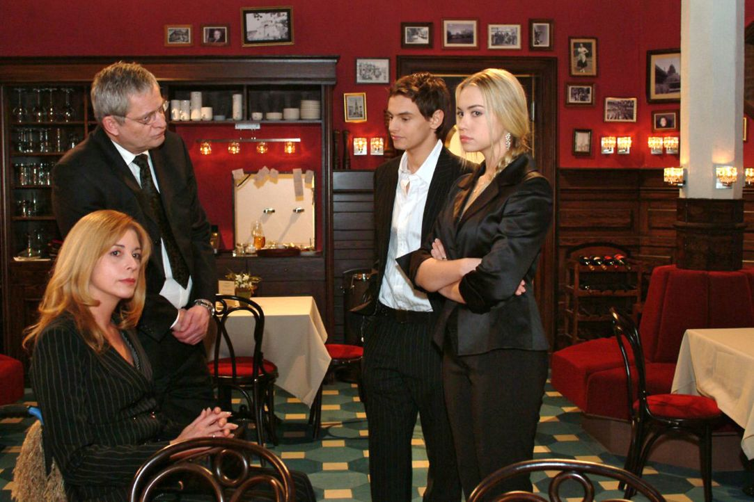 Kim (Lara-Isabelle Rentinck, r.) hat Angst, dass Alexander (Shai Hoffmann, 2.v.r.) ihren Eltern (Olivia Pascal, l., Wilhelm Manske, 2.v.l.) erzählt,... - Bildquelle: Monika Schürle Sat.1