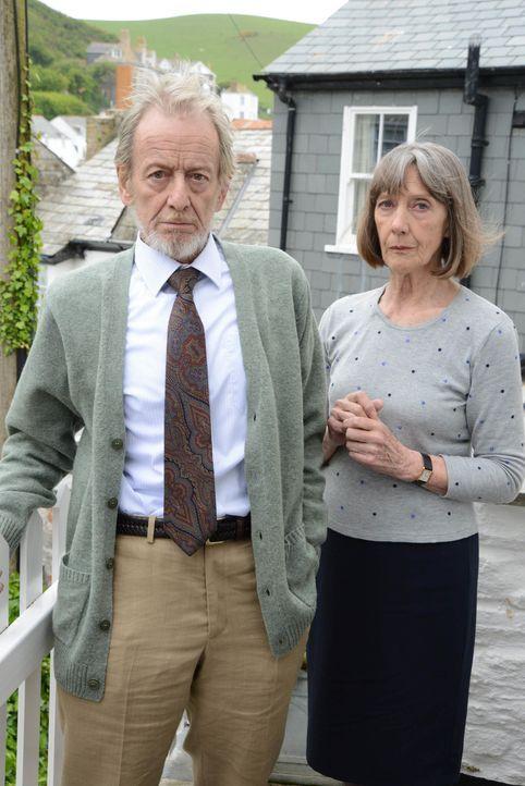 Während Doc Martin mit dem kleinen James eine Spielgruppe besuchen muss, zieht Ruth (Eileen Atkins, r.) in ein Häuschen im Dorf um - das direkt gele... - Bildquelle: BUFFALO PICTURES/ITV