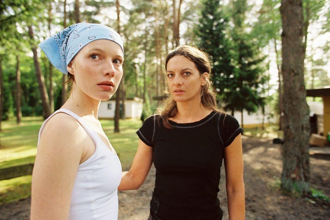 Liefert Katharina Kastenholz' (Catrin Striebeck, r.) Tochter Theresa (Anna Brüggemann, l.) ein Motiv? - Bildquelle: Tom Trambow Sat.1