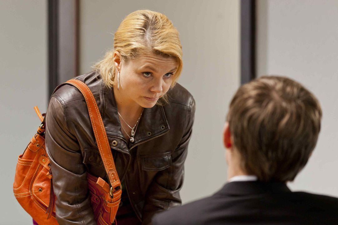 Während Bea im Knast sitzt, versucht Danni (Annette Frier, l.) alles, um sie da raus zu boxen, doch das ist gar nicht so einfach ? - Bildquelle: Frank Dicks SAT.1