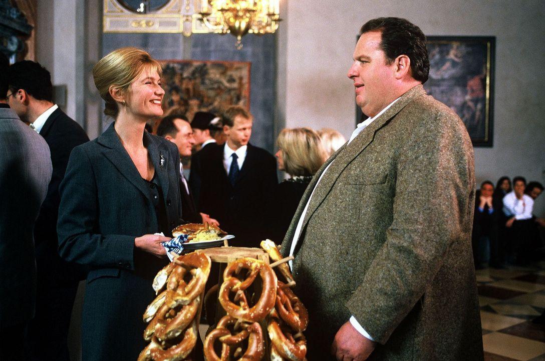 Benno (Ottfried Fischer, r.) und Dr. Beatrice Schinkel (Corinna Nilson, l.) auf einem Festempfang in der bayerischen Landesvertretung in der Bundesh... - Bildquelle: Herbert Began Sat.1