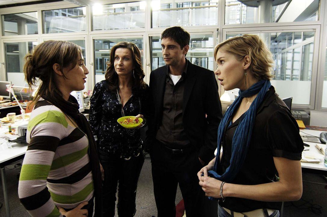 Vic (Anna Kubin, r.) lernt ihre neuen Kollegen der Redaktion kennen … - Bildquelle: Gordon Mühle ProSieben