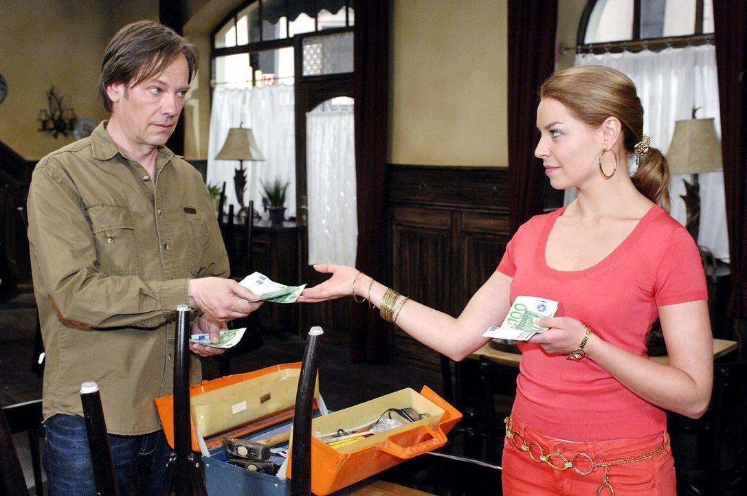 Katja (Karolina Lodyga, r.) weiß, dass ihr Vater Armin (Rainer Will, l.) die Speisen ihrer Mutter absichtlich verwürzt hat - und lässt sich für ihre... - Bildquelle: Oliver Ziebe Sat.1