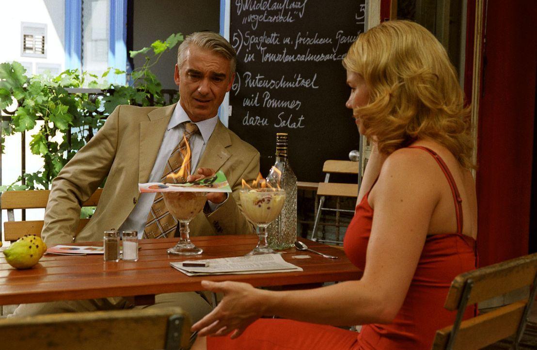 Mimi (Annette Frier, r.) hat ein Auge auf Felix (Christoph M. Ohrt, l.) geworfen und lädt ihn zum Eisessen ein. Allerdings hat die Gute einen Faible... - Bildquelle: Hardy Spitz Sat.1