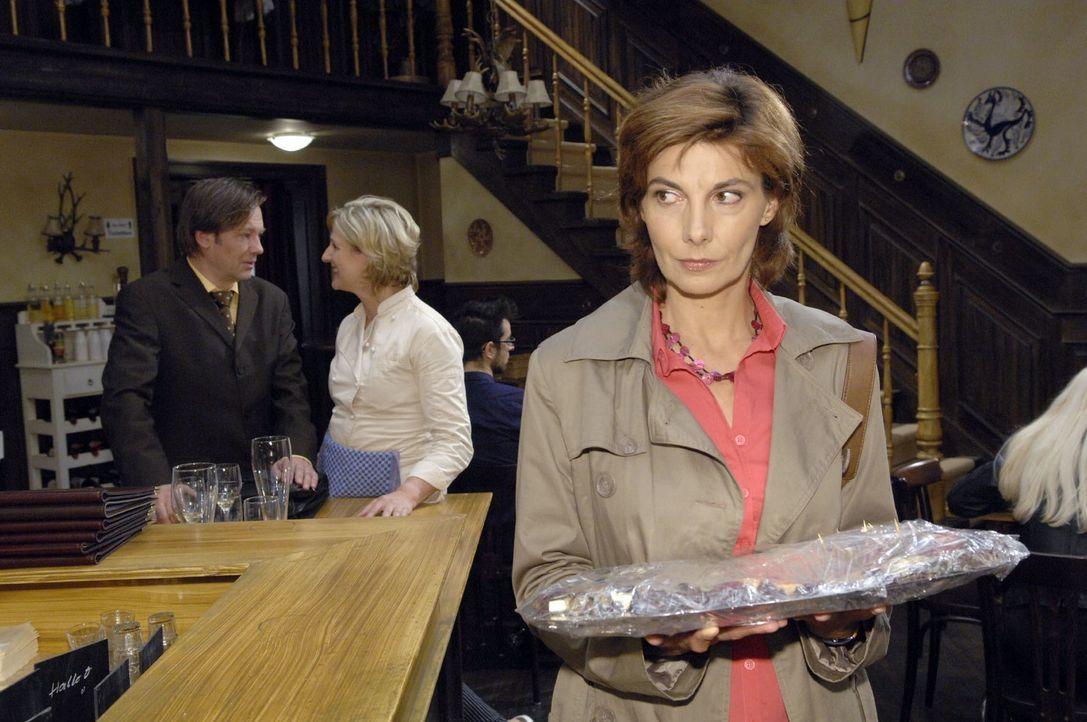 Steffi (Karin Kienzer, r.) bekommt mit, wie Armin (Rainer Will, l.) gegenüber Susanne (Heike Jonca, M.) behauptet, er müsse beim Finanzamt lediglich... - Bildquelle: Claudius Pflug
