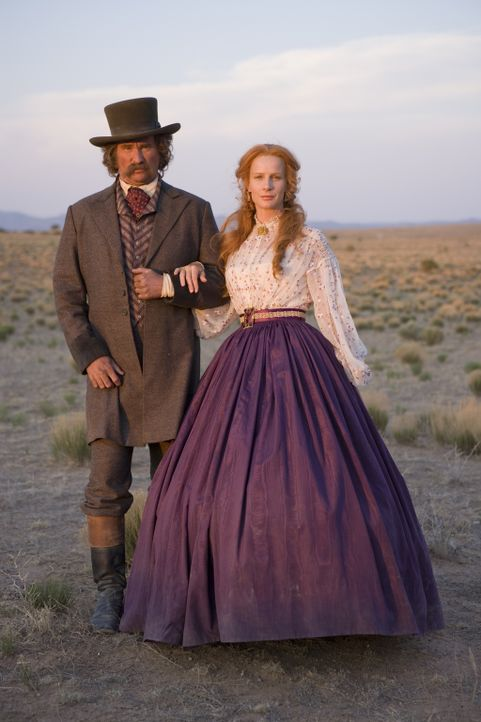 Die Ehe von Captain Inish Scull (Val Kilmer, l.) und seiner Frau Inez (Rachel Griffiths, r.) wird immer wieder vor Herausforderungen gestellt ... - Bildquelle: 2006 CBS Broadcasting Inc. All Rights Reserved.