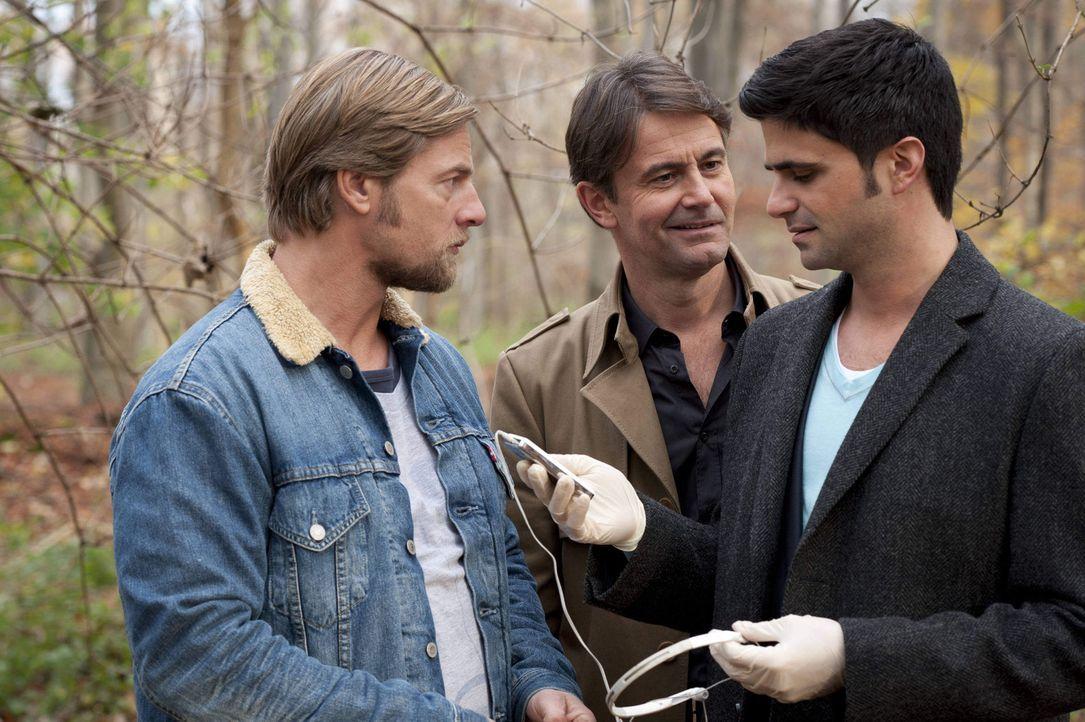 Als Mick (Henning Baum, l.), Andreas (Maximilian Grill, r.) und Meisner (Robert Lohr, M.) die Tatwaffe finden, einen MP3-Player, fällt der Verdacht... - Bildquelle: Martin Rottenkolber SAT.1