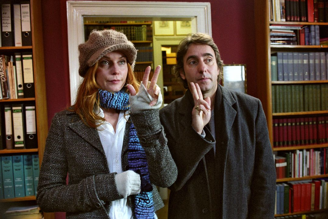 Sandra (Esther Schweins, l.) und René (Dieter Landuris, r.) versuchen Max zu überreden, Andrea mit ins Team zu nehmen. - Bildquelle: Jacqueline Krause-Burberg Sat.1