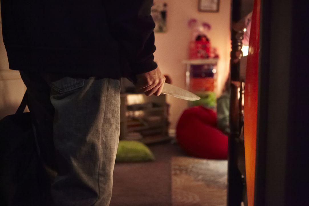 Mit einem Messer bewaffnet betritt der Täter das Kinderzimmer und entführt die 12-jährige Polly Klaas. Obwohl die Polizei anschließend unter Hochdru... - Bildquelle: Ian Watson Cineflix 2014