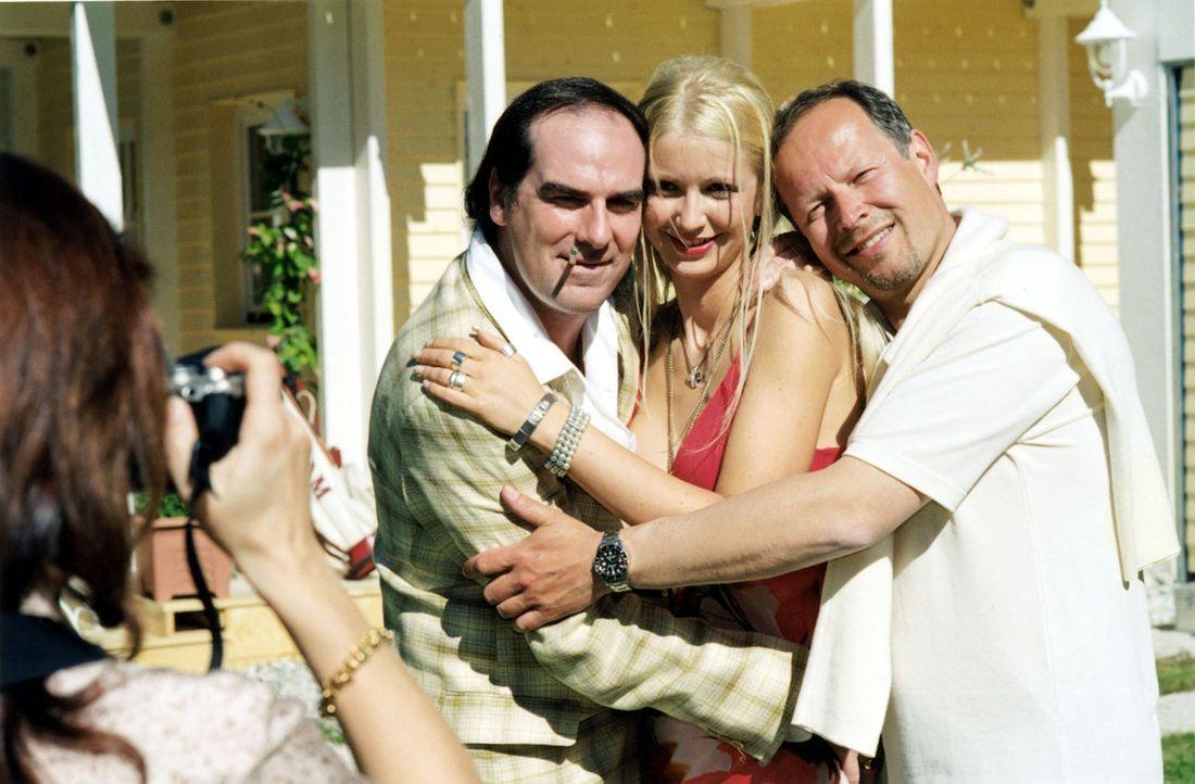 Mattuschek (Axel Milberg, r.) posiert mit Schlagersänger Sky König (Guildo Horn, l.) und dessen Freundin (Petra Peters, M.) für ein Foto. - Bildquelle: Louis Jean Heydt Sat.1