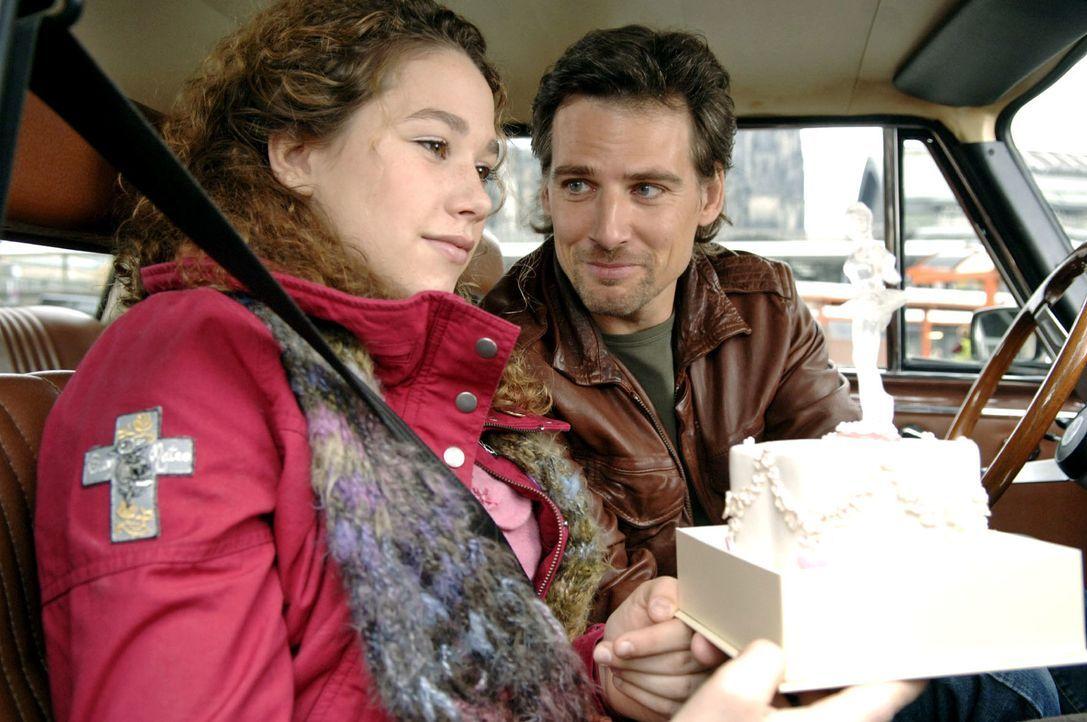 Leon (René Steinke, r.) hat für seine Tochter Romy (Victoria Scherer, l.) eine besondere Geburtstagstorte gebacken. - Bildquelle: Thekla Ehling Sat.1