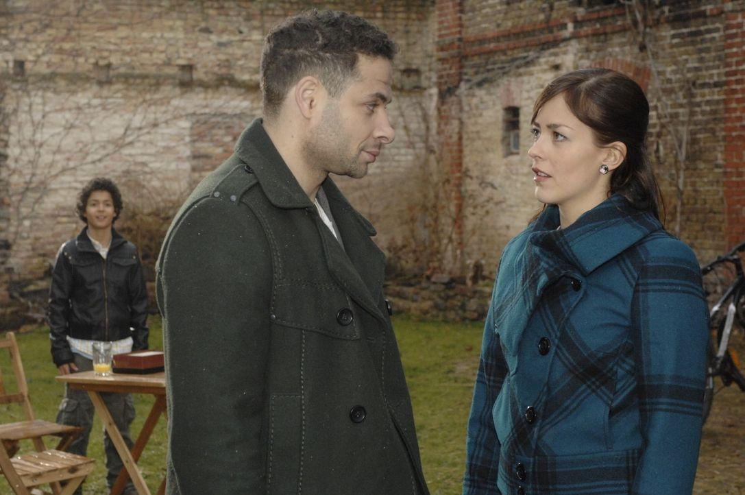Jannick (Mike Adler, M.) besucht Max (Miles Lawson, l.) und wird von Julia (Janina Flieger, r.) überrascht. - Bildquelle: Oliver Ziebe Sat.1