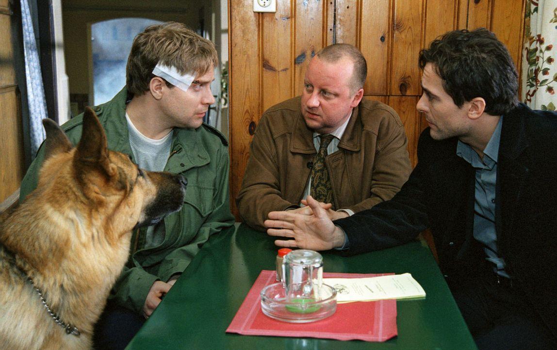 Kommissar Hoffmann (Alexander Pschill, r.) und sein Kollege Kunz (Martin Weinek, M.) versuchen mit Kobera (Janek Rieke, l.) den Tathergang zu rekons... - Bildquelle: Ali Schafler Sat.1