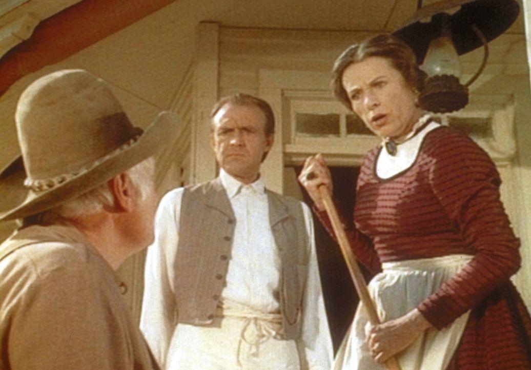 Mrs. Oleson (Katherine MacGregor, r.) und Mr. Oleson (Richard Bull, M.) dulden es nicht länger, dass der Farmer Holbrook (John Alderson, l.) ihren E... - Bildquelle: Worldvision