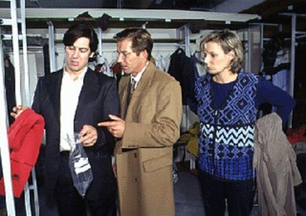 Markus Eltern, Professor Richter (Michael Lesch, M.) und seine Frau Dr. Richter (Gundula Richter, r.), treffen Kommissar Moser (Tobias Moretti, l.)... - Bildquelle: Ali Schafler Sat.1