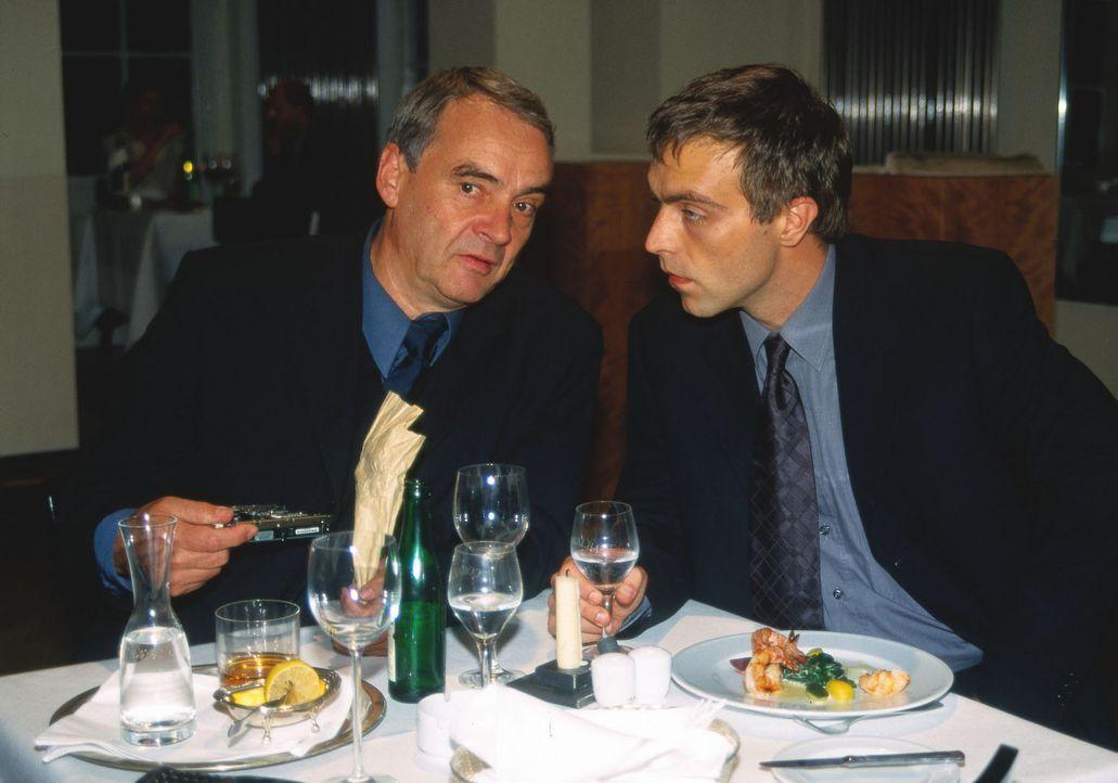 Geschäftsmann Reiger (Walter Kreye, l.) engagiert Killer Adrian Zuto (Aleksandar Jovanovic, r.) für einen Mordauftrag ... - Bildquelle: Uwe Ernst Sat.1