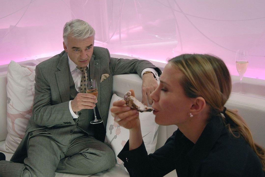 Als Lukas (Christoph M. Ohrt, l.) Kristin (Nadeshda Brennicke, r.) spontan zum Mittagessen einlud, dachte er nicht im Traum daran, mit ihr in einem... - Bildquelle: Jacqueline Krause-Burberg Sat.1