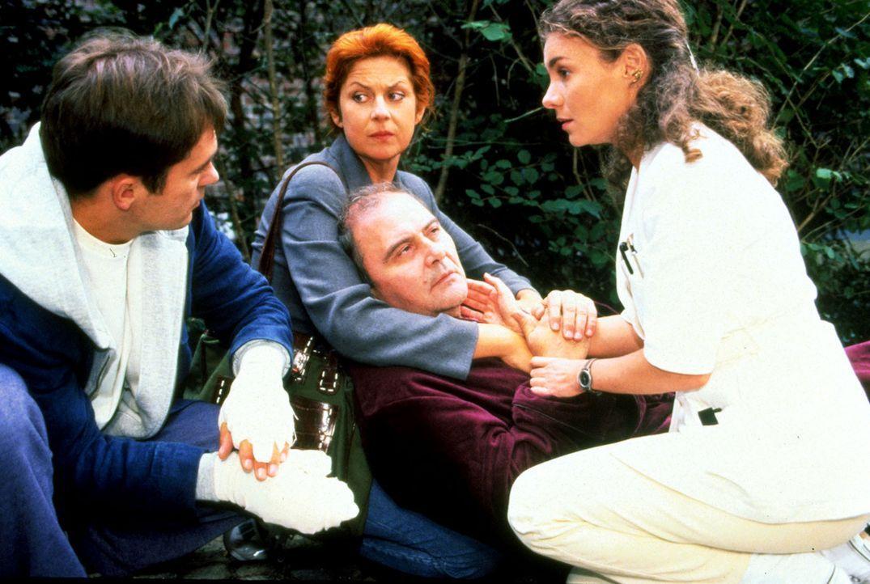 Bernd Gropius (Lambert Hamel, M.) ist zusammengebrochen, nachdem er seine Frau Ellen (Mona Seefried, 2.v.l.) mit Manfred Staretz (Patrick Winczewski... - Bildquelle: Noreen Flynn Sat.1