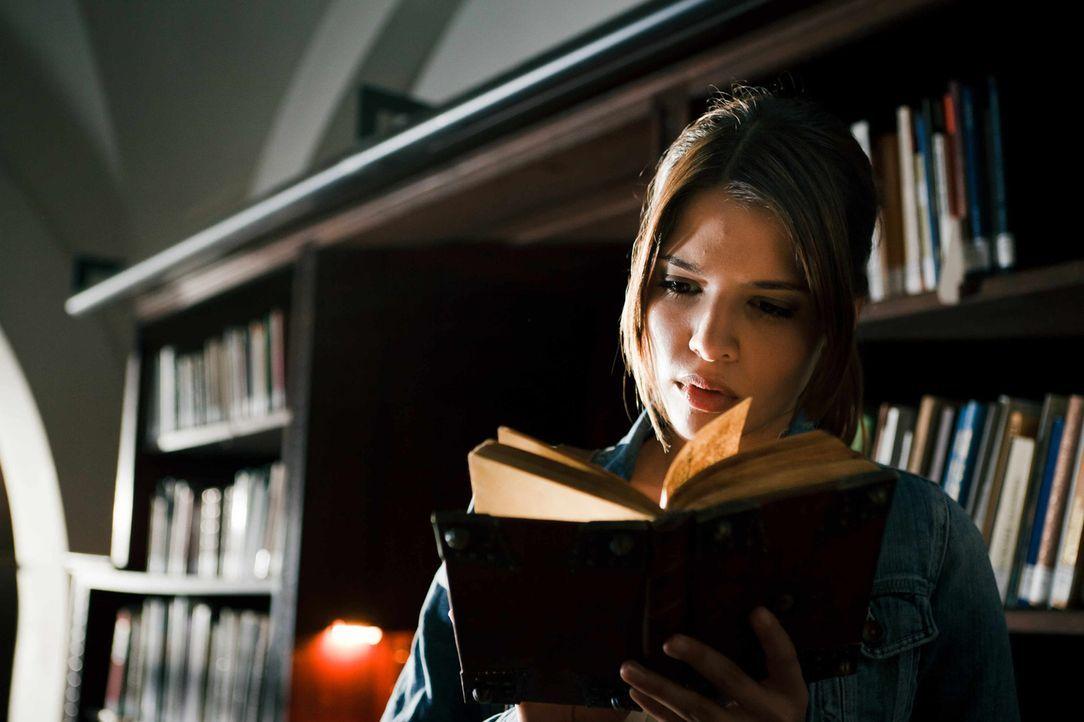 Als ihr bei Recherchen für ein Referat über mittelalterliche Heilkunst eine Bibel in die Hände fällt, spürt Milla (Jasmin Lord) sofort, dass das Buc... - Bildquelle: Arvid Uhlig SAT.1