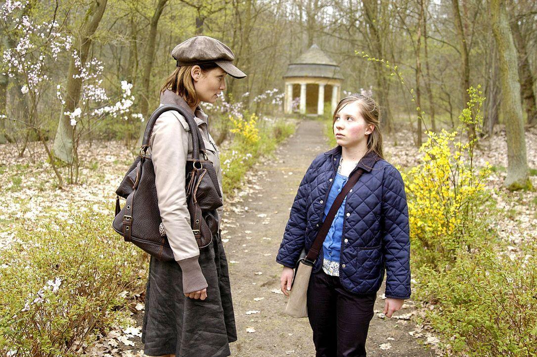 Maren (Anja Kling, l.) muss bald feststellen, dass die idyllische Landschaft trügt: Sie entdeckt die von ihren Mitschülern gehetzte Nina (Simone Bur... - Bildquelle: Oliver Feist Sat.1