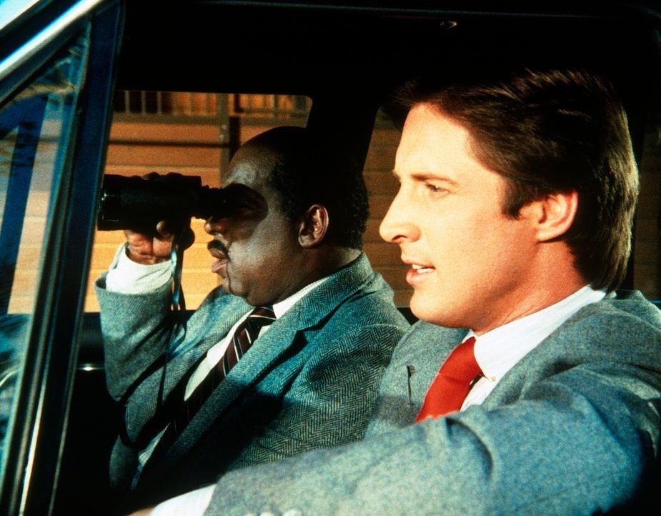 Lee (Bruce Boxleitner, r.) und Billy (Mel Stewart, l.) observieren vom Auto aus eine verdächtige Wohlfahrtsveranstaltung, zu der sie keinen Zutritt... - Bildquelle: CBS Television